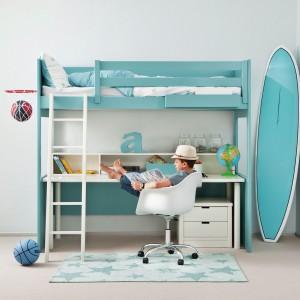 O piętrowym łóżku marzy niejeden maluch. Jeśli dziecko jest odpowiednio duże i nie obawiasz się, że mogłoby spaść, warto wybrać model na antresoli. Umieszczone pod łóżkiem biurko pozwoli zaoszczędzić miejsce w pokoju. Fot. Cuckooland.