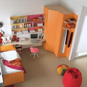 Biurko to nie tylko miejsce nauki, ale i przechowywania szkolnych akcesoriów, dlatego powinno mieć wmontowane liczne szuflady. Fot. Dielle.