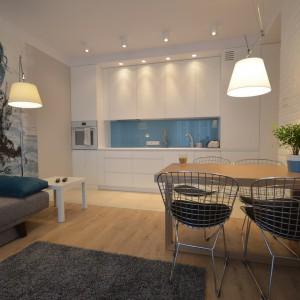 W dobie popularności białych kuchni, popularna jest również biała cegła na kuchennych ścianach. Połączona z białą zabudową tworzy elegancką, ale nie nudną aranżację. Fot. BJM Bricks.