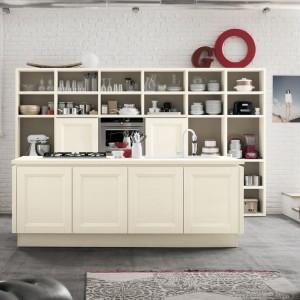 Biała cegła stanowi piękne tło dla kremowych, klasycznych mebli kuchennych oraz idealnie współgra z delikatnie vintage'owym wystrojem wnętrza. Fot. Veneta Cucine, model Moyster Vintage.
