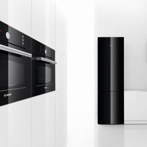 Piekarnik kompaktowy w wysokiej zabudowie – obok można zainstalować np. mikrofalówkę. Gdy wszystkie duże urządzenia AGD są z tej samej kolekcji, kuchnia zyskuje elegancji szlif. Na zdjęciu: piekarnik HBC86P763 marki Bosch. Fot. Bosch.