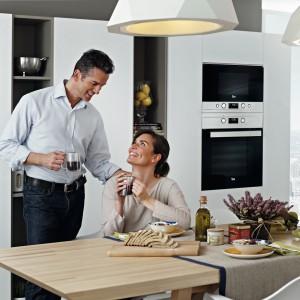Nad piekarnikiem można zabudować kuchenkę mikrofalową z tej samej kolekcji Oba urządzenia stworzą elegancki, dopasowany stylistycznie duet. Na zdjęciu: piekarnik i kuchenka mikrofalowa z kolekcji Ebon firmy Teka. Fot. Teka.