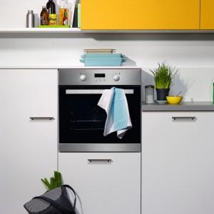 Zabudowa typu midi jest wygodna zwłaszcza dla niższych osób. Gdy piekarnik zainstaluje się  około 20 cm wyżej niż linia blatu roboczego, można pod nim wygospodarować dużą szufladę na blachy do pieczenia. Na zdjęciu: meble kuchenne Madeira 490 firmy Nolte Küchen. Fot. Nolte Küchen.