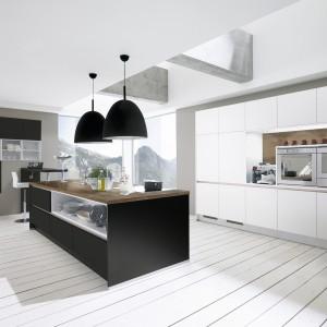 Ażurowa wysoka zabudowa to nowy trend w kuchniach. Świetny w tej roli jest piekarnik, którego obudowa może utworzyć dekoracyjne półki. Na zdjęciu: meble kuchenne Alva marki Wellmann. Fot. Wellmann.