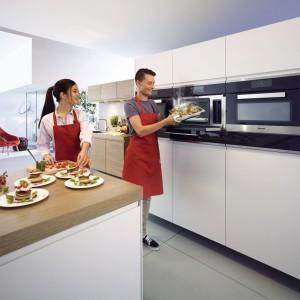 Piekarnik, mikrofalówka, urządzenia do gotowanie na parze. Wszystkie te urządzenie umieszczono obok siebie w wysokiej zabudowie, co jest wygodnym i estetycznym rozwiązaniem. Fot. Miele.