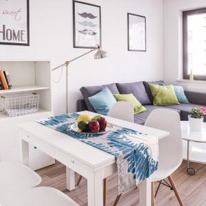 W mieszkaniu dominującymi kolorami są biel i szarości. Wnętrze urządzone w chłodnych barwach wizualnie ociepla przytulny beżowy odcień drewna. Projekt i zdjęcia: Ewelina Golinowska, EG Projekt.
