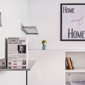 We wnętrzu postawiono na oszczędny wystrój, proste meble, a prym wiodą dodatki. Nie tylko wprowadzają kolor, ale także nadają ton całemu mieszkaniu. Czarno-białe obrazki z sentencjami nawiązują do skandynawskiej stylistyki. Projekt i zdjęcia: Ewelina Golinowska, EG Projekt.