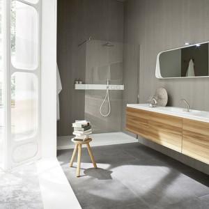 Podwójna, wygodna umywalka z kolekcji Ergoc doskonale sprawdzi się w przestronnych łazienkach. Projekt: Giulio Gianturco. Fot. Rexa Design.