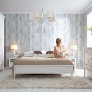 Subtelne, ale bardzo solidne łóżko z kolekcji Orland marki Black Red White o lekko falistym kształcie. Znakomita propozycja do sypialni w stylu romantycznym czy skandynawskim. Cena: 1.499 zł. Fot. Black Red White.