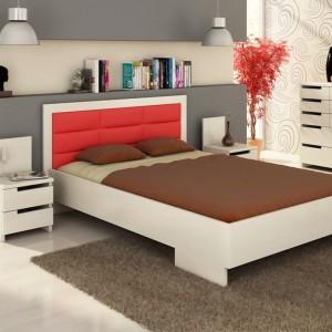 Efektowne łóżko z tapicerowanym zagłówkiem Kalmar marki Visby zostało wykonane z drewna sosnowego oraz wzmocnione wewnątrz tzw. piątą nogą. Tapicerowane wezgłowie opiera się na piance tapicerskiej i solidnej tkaninie pikowanej. Cena: 1.716 zł. Fot. Visby.