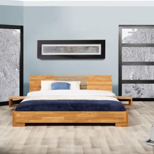 Niskie łóżko dębowe Vento marki Beds, ze względu na swoją wysokość, zaliczane jest do kategorii mebli japońskich. Znakomicie sprawdzi się w sypialni na poddaszu, ograniczonej skosami. Cena: 1.935 zł. Fot. Beds.pl.