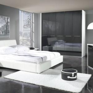 Nowoczesny model Mediolan marki Stolwit Meble z lekko pochylonym, wygodnym zagłówkiem. Biały kolor sprawia, że łóżko będzie wyglądać modnie przez wiele lat. Cena: ok. 2.000 zł. Fot. Stolwit Meble.
