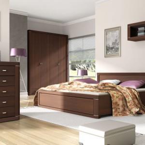 Eleganckie łóżko z kolekcji Venti marki Meble Wójcik w kolorze ciepłego drewna urzeka prostą formą. Nowoczesnego charakteru dodają metalowe elementy. Cena: 1.030 zł. Fot. Meble Wójcik.