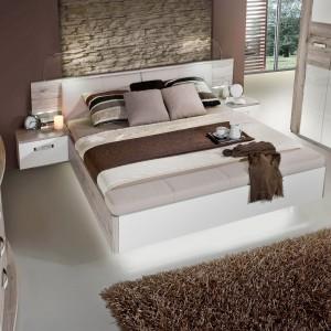 Model Rondino marki Meble Forte łączy w sobie drewniany fornir, modny połysk bieli oraz elementy eleganckiej tapicerki. Zapewni wygodny odpoczynek oraz luksusowy wygląd sypialni. Cena: 1.799 zł. Fot. Meble Forte.