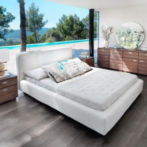 Tapicerowane łóżko Vesta marki Inne Meble urzeka prostą formą, znakomicie pasującą do nowoczesnych wnętrz. Uniwersalny kolor sprawia, że będzie tworzyć harmonijną aranżację z każdym zestawem mebli. Cena uzależniona od materiału obiciowego. Fot. Inne Meble.