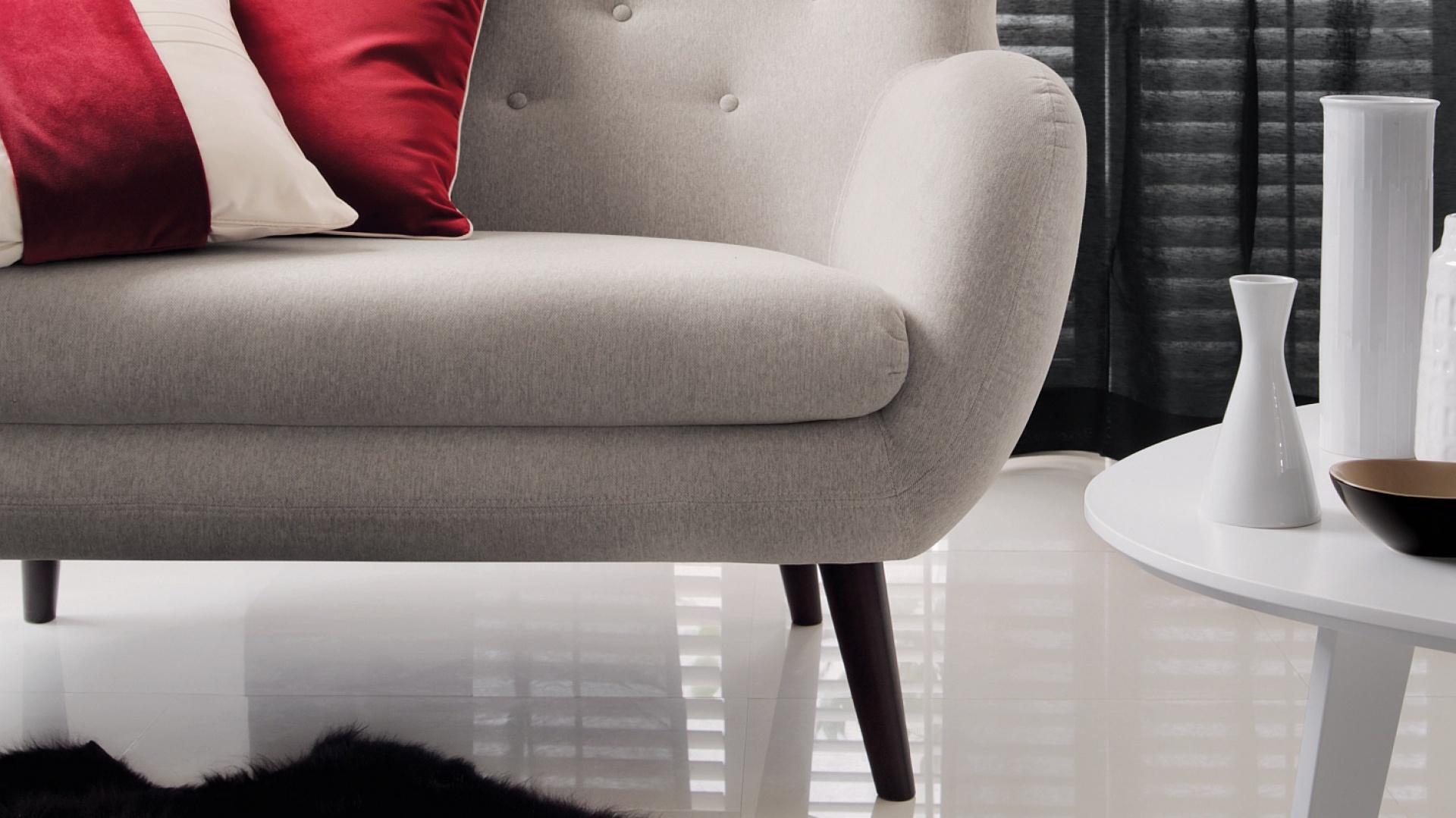 """Firma Fargotex Group oferuje tkaninę """"Glam Velvet"""" w modnym kolorze bordowym. Na zdjęciu – poduszki dekoracyjne w tej tkaninie. To wysokiej jakości velvet w klasycznym wydaniu. Zgodnie z aktualnymi trendami """"Glam Velvet"""" przyciąga niezwykle miłą, miękką fakturą. Fot. Fargotex"""