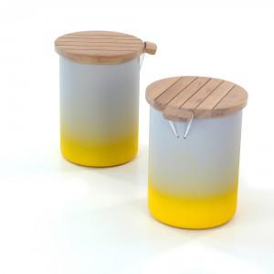 """Seria Słoiki to stołek i stolik, nazwane """"słoikami"""" od sposobu przytwierdzenia drewnianego blatu do podstawy linką gumową, co przypomina tradycyjne słoiki. Fot. Malafor."""
