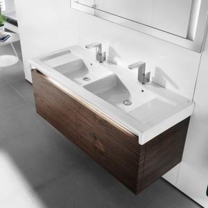 Umywalka Stratum o wymiarach 130x50 cm z praktycznym, ceramicznym blatem. Istnieje możliwość montażu do ściany oraz na blacie. Fot. Roca.