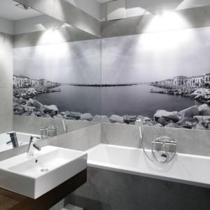 W łazience utrzymanej w stonowanych szarościach uwagę przyciąga fototapeta w podobnej tonacji kolorystycznej. Projekt: Lucyna Kołodziejska. Fot. Bartosz Jarosz.
