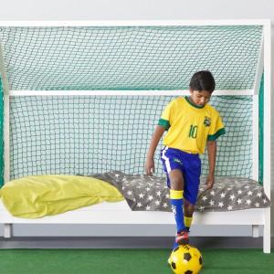 Łóżko przypominające formą siatkę do gry w piłkę nożną to znakomity model do snu i zabawy. Nada aranżacji ciekawy wygląd oraz zapewni warunki do gry, gdy na zewnątrz pada deszcz. Łóżko dostępne jest w ofercie sklepu Cuckooland. Fot. Cuckooland.