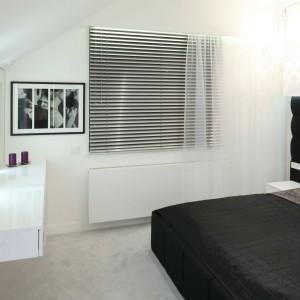 Czerń, biel, połysk i szkło - to atrybuty ultranowoczesnej sypialni. W stylistykę wpisują się żaluzje o stalowym połysku, prześwitujące przez delikatne firanki. Projekt: Dominik Respondek. Fot. Bartosz Jarosz.