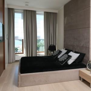 Nowoczesna sypialnia w minimalistycznym stylu. Wnętrze ocieplają drewniane stoliki noce oraz tapicerowane beżową tkaniną łóżko. Projekt: Anna Maria Sokołowska. Fot. Bartosz Jarosz.
