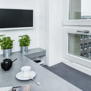 Jedząc szybkie śniadanie można się zrelaksować przy ulubionym programie telewizyjnym. Projekt i zdjęcia: Ewelina Golinowska, EG Projekt.