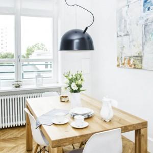 Nad stołem jadalnianym zawisł abstrakcyjny obraz olejny, kolorystyką harmonizujący z barwami, dominującymi we wnętrzu. Projekt i zdjęcia: Ewelina Golinowska, EG Projekt.