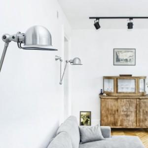 Po jednej stronie salonu stanął stary, zabytkowy, jeszcze przedwojenny kredens, należący do właścicieli. Projekt i zdjęcia: Ewelina Golinowska, EG Projekt.