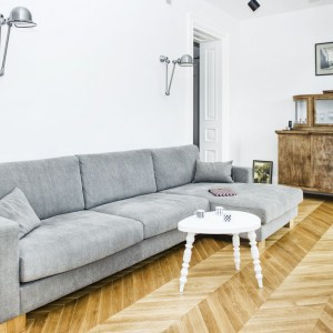 Dębowa podłoga w salonie przyjemnie ociepla wnętrze zdominowane przez chłodną paletę kolorów. Projekt i zdjęcia: Ewelina Golinowska, EG Projekt.