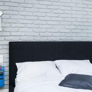 Ścianę nad wezgłowiem łóżka wykończono szarą cegłą. Materiał stanowi ciekawy akcent aranżacyjny, nawiązujący do delikatnie industrialnego oświetlenia. Projekt i zdjęcia: Ewelina Golinowska, EG Projekt.