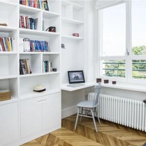 W rogu pomieszczenia zmieszczono niewielkie biureczko, wpasowane pomiędzy zabudowę a duże krzesło. Projekt i zdjęcia: Ewelina Golinowska, EG Projekt.
