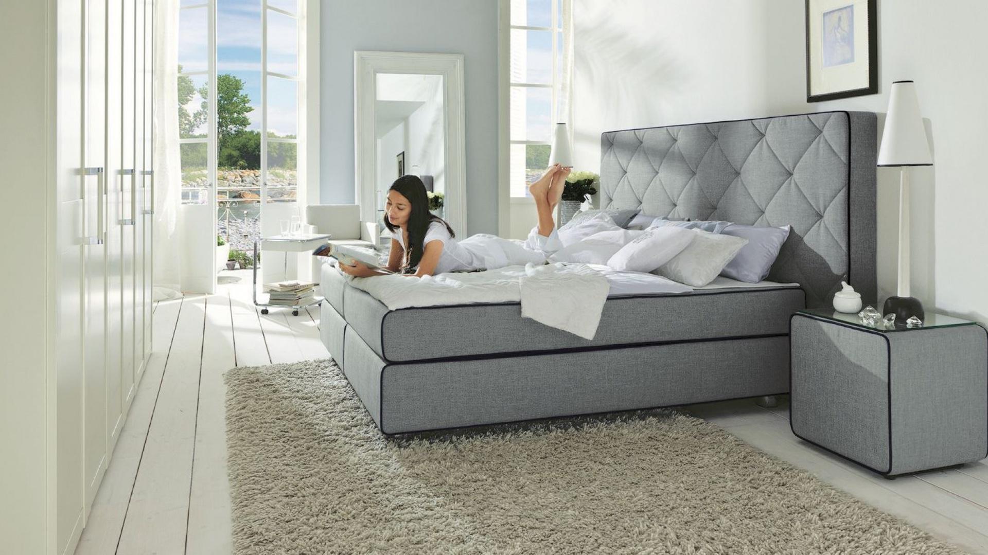 Podstawą aranżacji sypialni jest duże łóżko z wygodnym materacem. Jeśli wybierzemy te z pięknym zagłówkiem stanie się ono również elementem dekoracyjnym wnętrza. Fot. Hulsta.