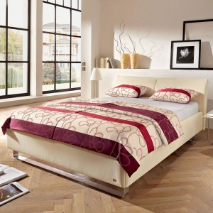 Wypoczynkowi sprzyjają stonowane, jasne kolory. Aranżując sypialnię dobrze jest wykorzystać stonowane brązy, beże oraz kremy, jak również elementy drewna, np. na podłodze. Fot. Ruf Betten.