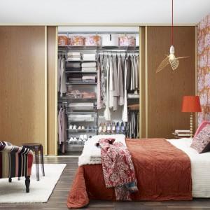 Duża garderoba z drzwiami przesuwnymi sprawi, że sypialnia zyska na funkcjonalności. Ukryjemy w niej ubrania oraz inne elementy, dzięki czemu w pomieszczeniu zapanuje porządek, a wszystkie części garderoby będą w jednym miejscu. Fot. Elfa.