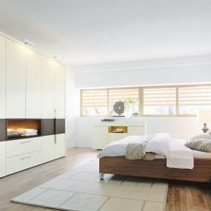 Najlepiej wypoczywa się w jasnych, przestronnych wnętrzach. Wykorzystując w aranżacji biel, czystą lub jej złamane odcienie, nawet nieduża sypialnia optycznie zyska przestrzeń. Fot. Hulsta.