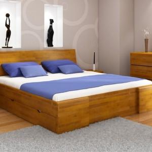 Niewielkie wnętrze warto jest wyposażyć w wielofunkcyjne meble. W małej sypialni sprawdzi się łóżko z szufladą, w której można trzymać pościel lub inne rzeczy Fot. Visby.