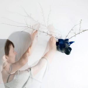 Głowa zwierzęcia wykonana z barwionego w masie szkła stanowi podstawę do komponowania ją z dowolnym porożem, np. wykonanym z kwitnących gałęzi. Fot. Agnieszka Bar.