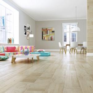 Jasne płytki jak deski z kolekcji Irati marki StnCeramica imitują naturalne drewno z wszystkimi jego niedoskonałościami. Fot. StnCeramica.