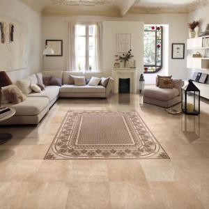 Imitujące naturalny kamień w wybarwieniu piaskowca płytki z oferty marki Peronda idealnie podkreślą styl rustykalny w salonie. Fot. Peronda.