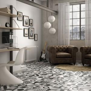 Czarno-białe płytki z modnym wzorem w stylu vintage z kolekcji Caprice marki Equipe Ceramicas.