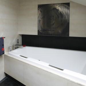 Narożna wanna świetnie sprawdzi się zarówno w małej, jak i w dużej łazience. Projekt: Piotr Stanisz. Fot. Bartosz Jarosz.