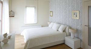 Piękne łóżko może być prawdziwą ozdobą sypialni. Wygodne, będzie zaś przepisem na udane poranki. Zobacz jakie meble wybierają do swojej sypialni Polacy.