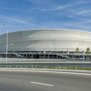 Elewacja budynku zbudowana została z półprzezroczystej siatki, która wykonano z włókna szklanego pokrytego teflonem. Fot. Stadion Wrocław.