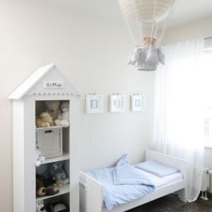 Przy łóżku chłopca ustawiono regał, przypominający kształtem domek, w którym mieszkają ulubione przytulanki chłopca. Pełnią one dyżur, by w okolice łóżka nie wkradł się żaden dziecięcy koszmar. Projekt: Katarzyna Uszok. Fot. Bartosz Jarosz.