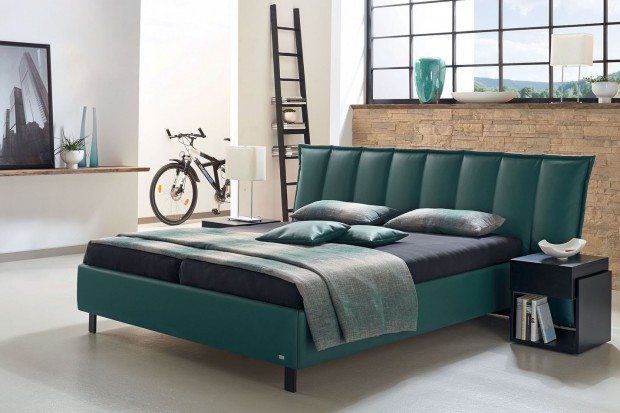 Meble do sypialni: łóżko z pikowanym zagłówkiem