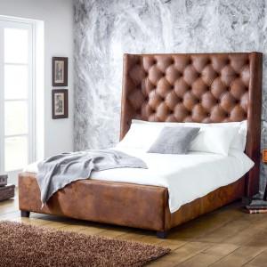 Oryginalne łóżko Arthur w skórzanym wykończeniu dostępne w sklepie Living It Up. Wysoki, pikowany zagłówek sprawia, że mebel będzie niekwestionowaną gwiazdą w każdej sypialni. Fot. Living It Up.