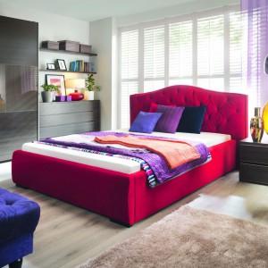 Łóżko Aleksandria ma piękną, głęboką kolorystykę, a tapicerowane wykończenie gwarantuje, że sypialnia będzie przytulna. Fot. Black Red White.
