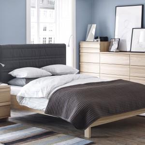 Pikowany zagłówek nie jest atrybutem wyłącznie eleganckiej, bogato urządzonej sypialni. Łóżko Opplad marki IKEA stworzone zostało do minimalistycznych sypialni w stylu skandynawskim lub loft. Fot.  IKEA.