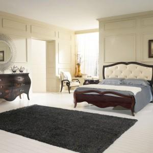 Eleganckie łóżko z ciemnego drewna o wyrafinowanym kształcie to propozycja od firmy Stilema. Szyku dodaje mu skórzane wykończenie oraz pikowane przeszycia wezgłowia. Fot. Stilema.